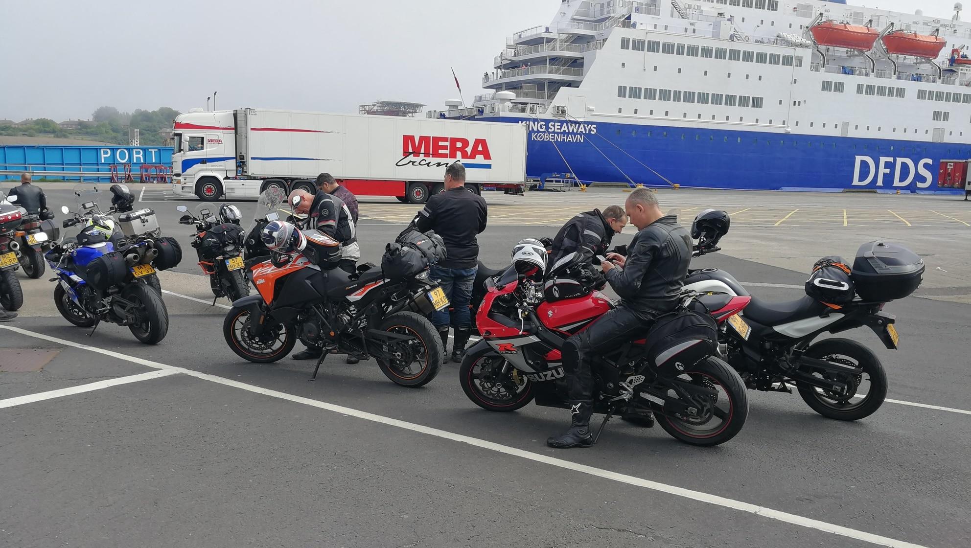 Net aangekomen in Schotland met de ferry op de achtergrond